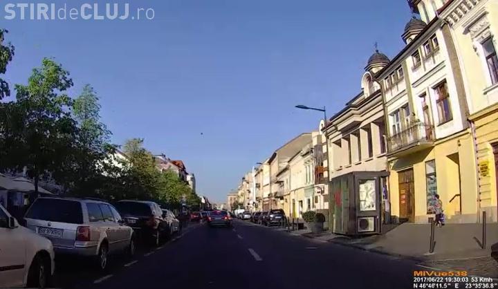 VIDEO - Și-a scăpat copilul în stradă, pe Bulevardul Eroilor! Noroc cu reflexul acestui șofer