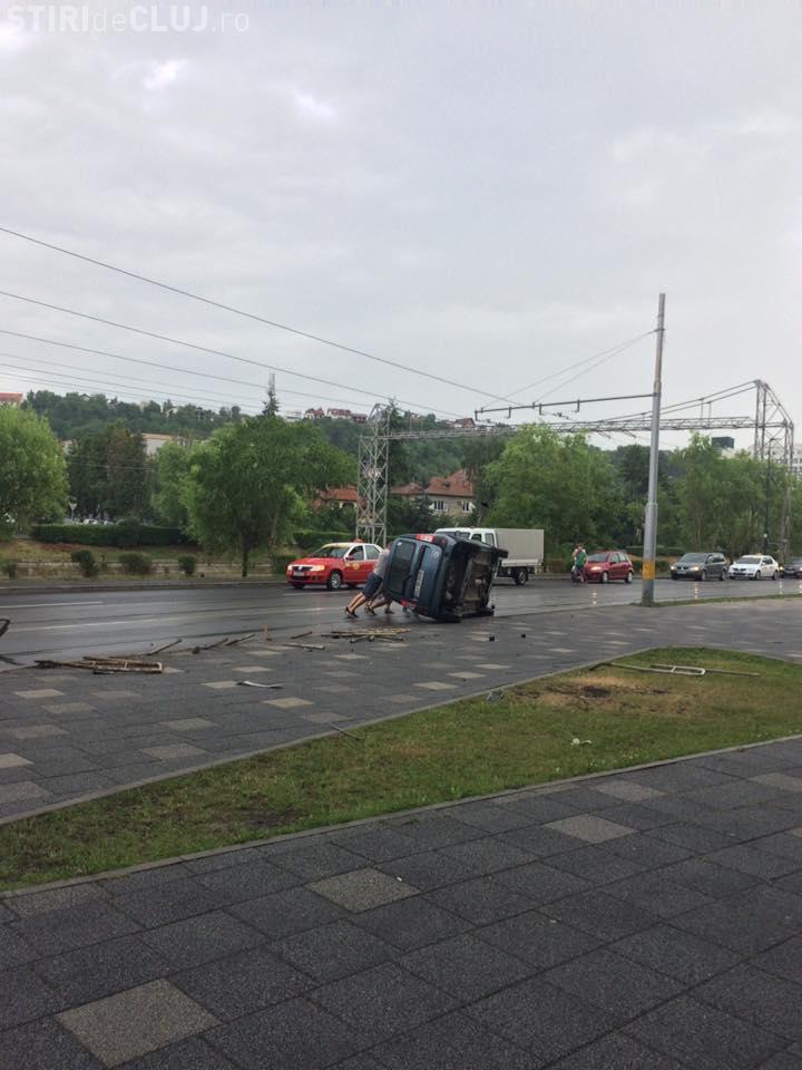 Cluj: S-a răsturnat pe liniile de tramvai de lângă Cluj Arena