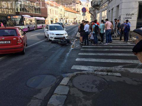 Motociclist rănit grav în centrul Clujului! O șoferiță l-a lovit în plin, în timpul unei manevre neregulamentare FOTO