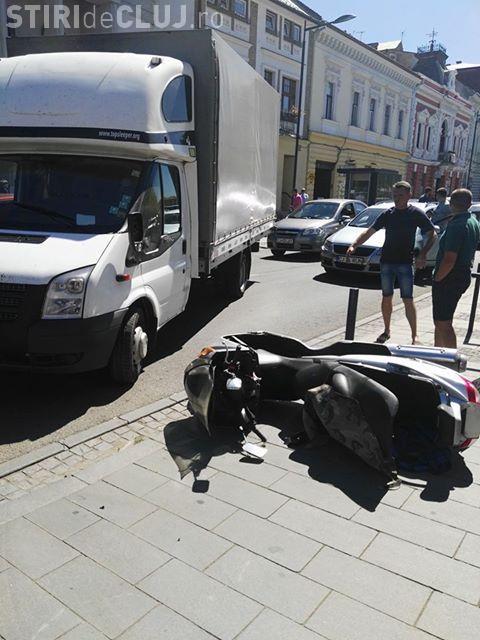 Accident în centrul Clujului, între un scuterist și o dubă FOTO