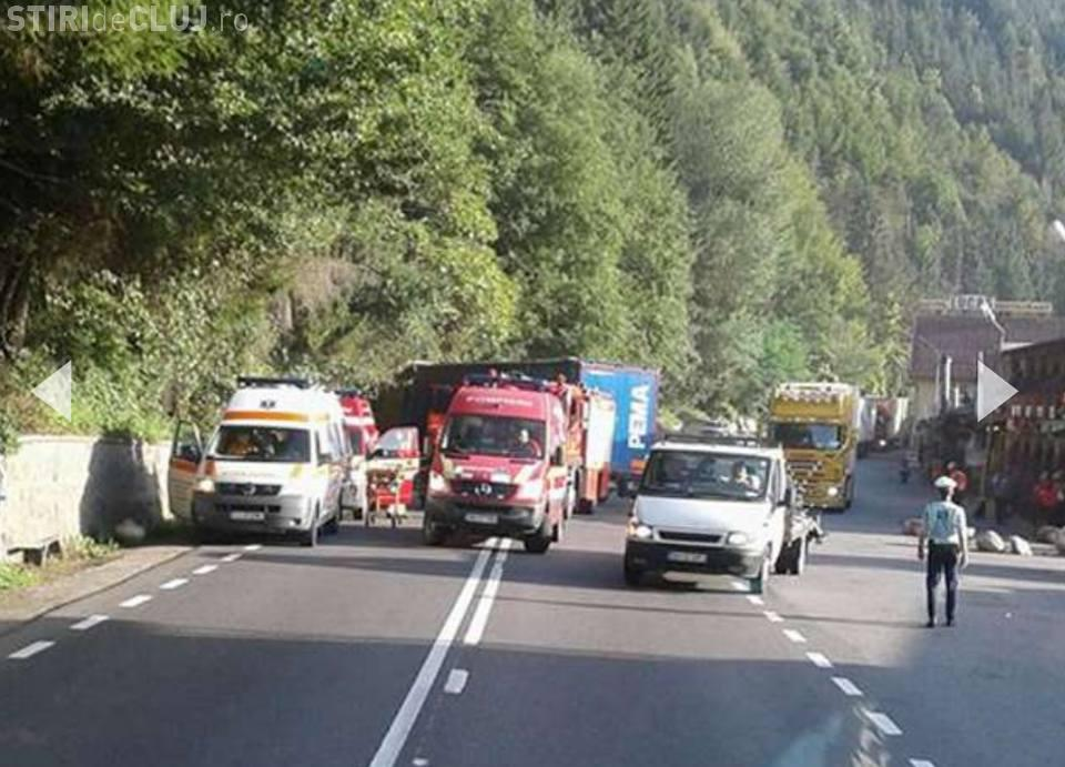 Accident la Negreni, județul Cluj! Un TIR a făcut praf un autoturism - FOTO