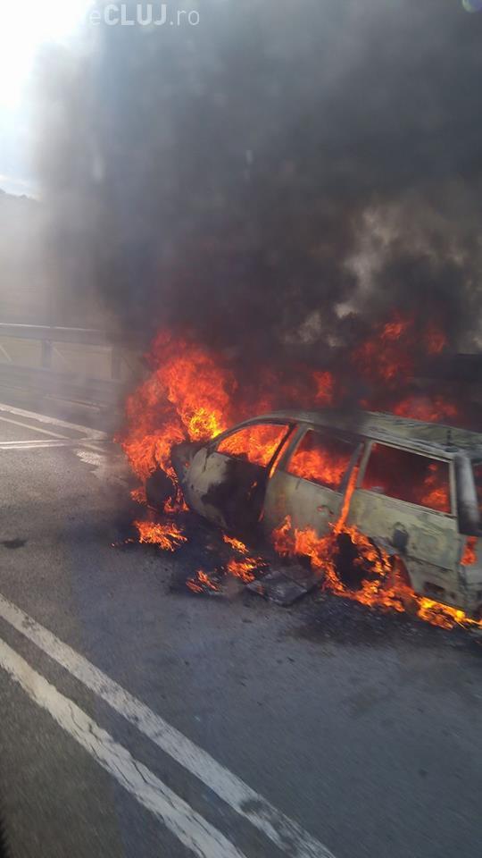 Cluj: O mașină a luat foc în Vâlcele - FOTO
