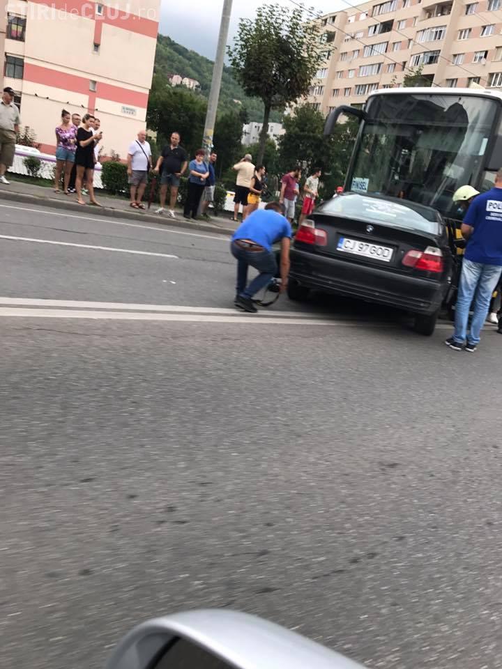 """Accident în Grigorescu! Un BMW cu numărul """"GOD"""" a ajuns sub un autocar - VIDEO"""