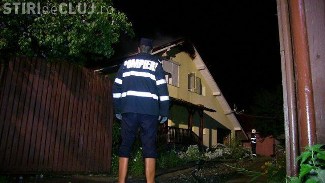 Incendiu provocat de fulger, într-o localitate din Cluj. O familie a rămas fără acoperiș VIDEO