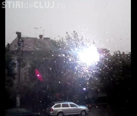 Plouă cu scântei în Grigorescu, în urma furtunii - VIDEO