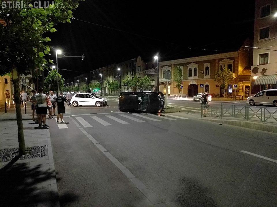 Mașină răsturnată pe strada Horea la intersecția cu strada Crișan - FOTO