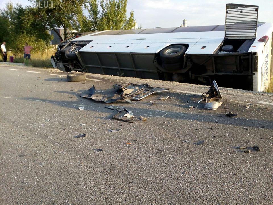 Imagini FOTO/VIDEO de la accidentul de la Câțcău. Un autocar Fany s-a răsturnat. 9 persoane au fost rănite
