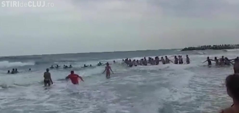VIDEO - Lanț uman pentru salvarea de la înec a unor fete la Eforie Nord