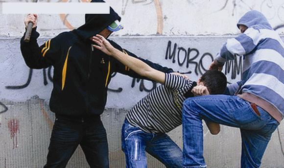 Cluj-Napoca: Tâlharii atacă în plină zi. În Mărăști, a fost atacat cu parul în timp ce își aranja lucrurile în mașină