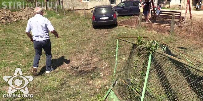 CLUJ: Un gospodar s-a trezit cu o mașină străină în curte. Un șofer a făcut accident și și-a abandonat mașina VIDEO