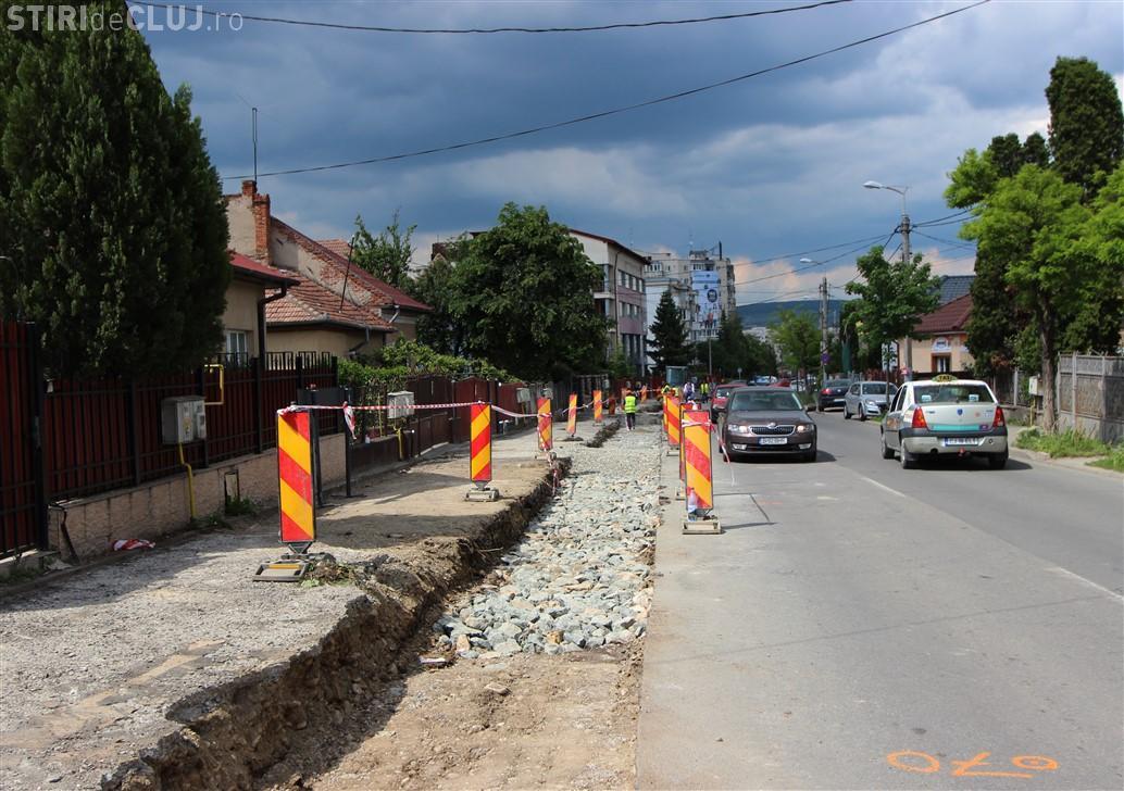 Mașinile parcate pe strada Câmpului sunt amendate. Primăria vrea să cumpere o casă pentru a extinde drumul