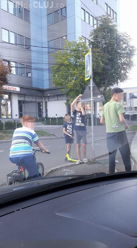 Cluj: Tu știi ce face copilul tău când e la joacă? - FOTO