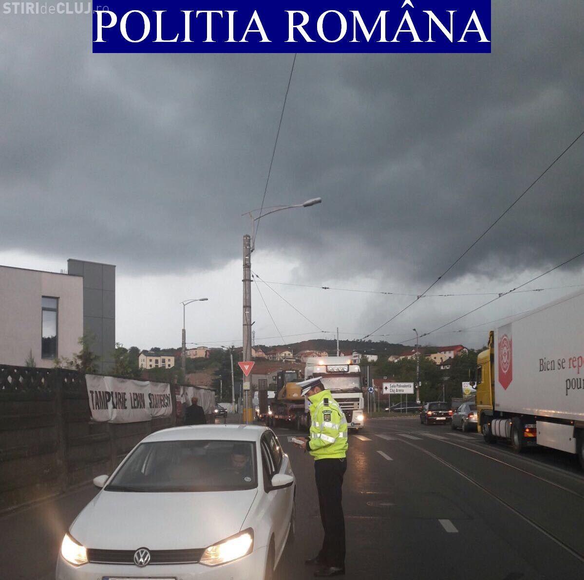 Razie a Poliției Rutiere Cluj, în plină furtună! Pietoni amendați pentru traversare neregulamentară - FOTO