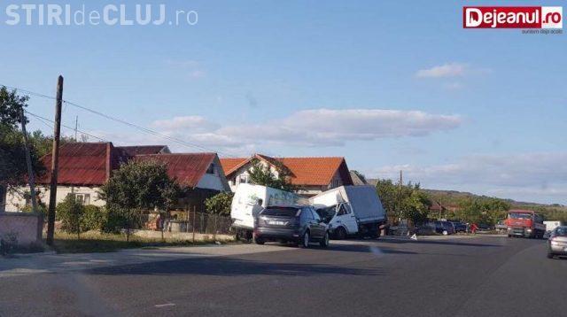 Accident cu o victimă la Livada. Un șofer neatent la volan a intrat în plin într-o mașină parcată pe marginea drumului FOTO
