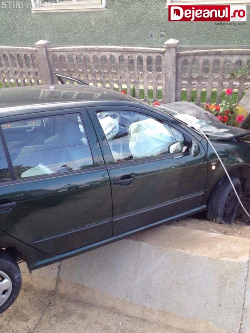 """CLUJ: Accident la Câțcău! O șoferiță a """"zburat"""" cu mașina peste un șanț și a rupt un stâlp de electricitate FOTO"""