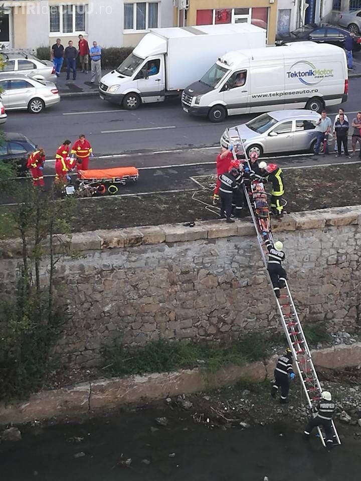Un om al strazii a căzut în Someș în centrul Clujului - FOTO