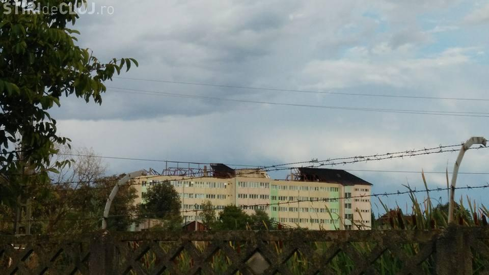 """La Huedin, oamenii spun că a fost """"tornadă"""". Acoperișul spitalului a zburat - FOTO"""