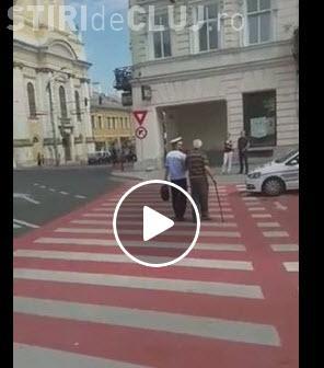 Poliția Rutieră Cluj are suflet! S-a oprit din dirijat pentru a-l ajuta - VIDEO