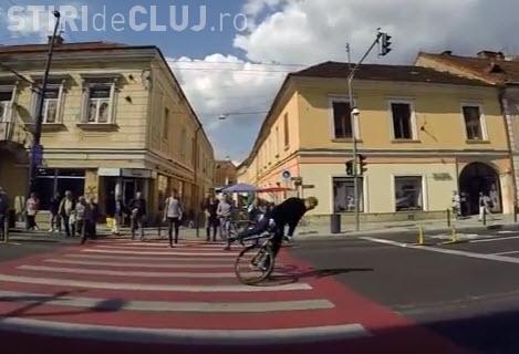 Cluj-Napoca: Era să își rupă gâtul pe bicicletă trecând trecerea de pietoni - VIDEO