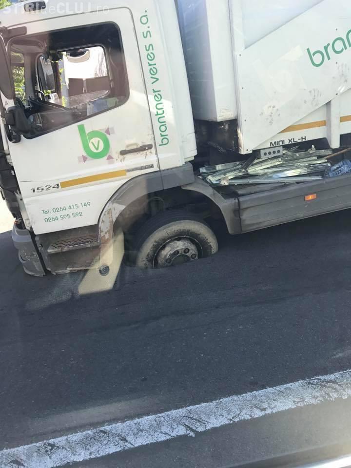 Cluj-Napoca: O mașină de gunoi a rămas blocată în asfalt pe Septimiu Albini - FOTO