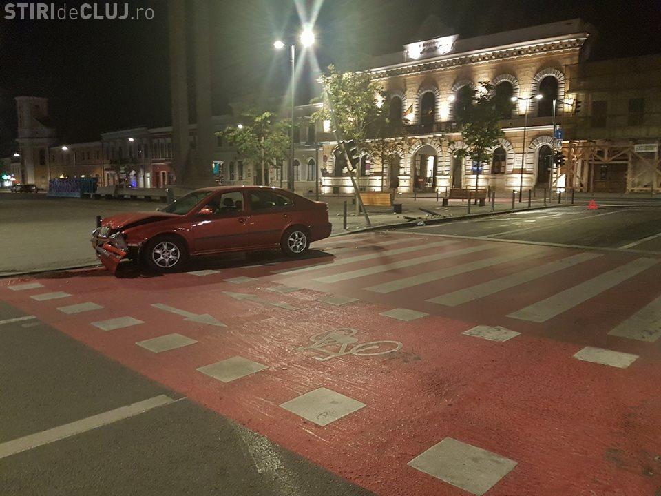 Accident în centrul Clujului. Un șofer beat la volan a intrat direct într-un stâlp din Piața Unirii FOTO