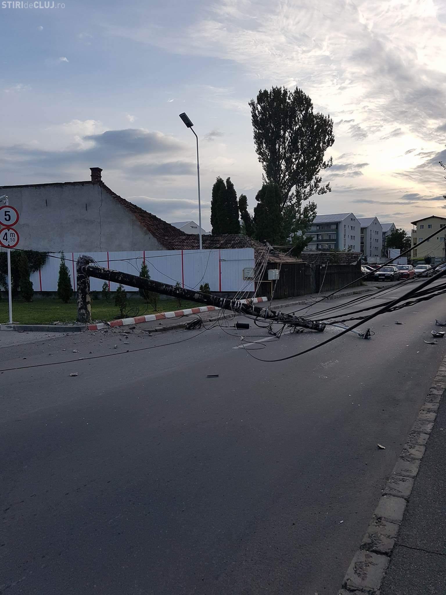 Cluj-Napoca: Pe strada Fabricii colț cu Sobarilor au căzut trei stâlpi în plin trafic - FOTO