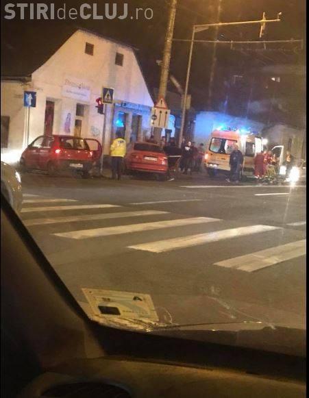 """Accident cu victime pe strada 21 Decembrie, din Cluj-Napoca. O șoferiță grăbită a """"forțat"""" culoarea roșie a semaforului FOTO"""