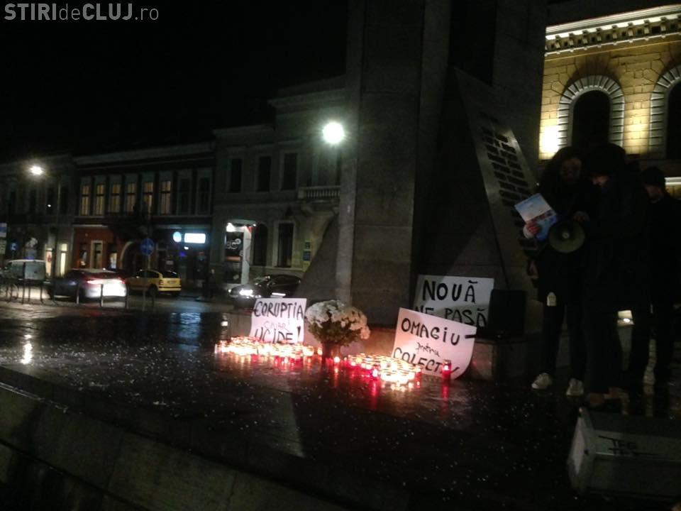 Cluj: Victimele de la Colectiv comemorate cu rugăciuni și flori. Prezența a fost slabă