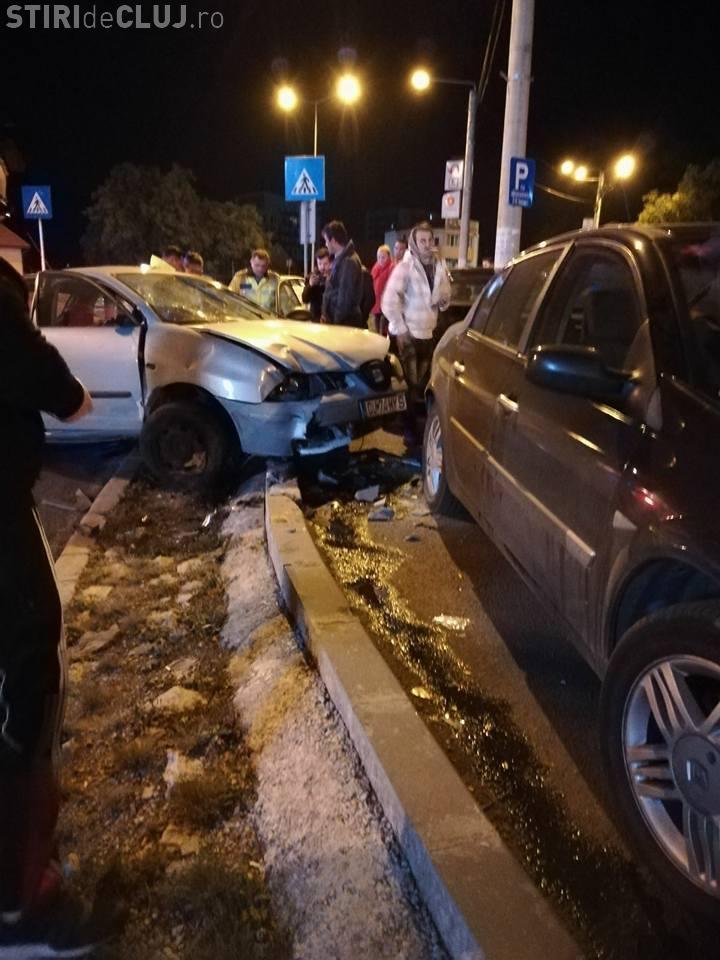 """O """"șoferiță"""" de 19 ani, fără permis, a făcut HAOS pe străzile Clujului. A lovit mai multe mașini, apoi s-a accidentat grav FOTO"""