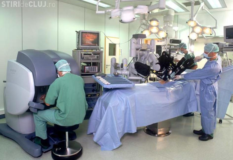 Un clujean a fost operat cu succes de robotul chirurgical Da Vinci. Este a doua procedură de acest fel