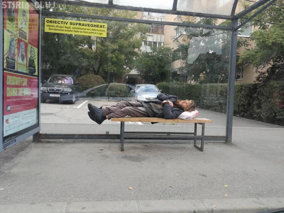 Cluj: Om al străzii beat / drogat sare în fața mașinilor - FOTO