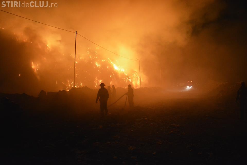 INCENDIU PATA RÂT: Pompierii lucrează de mai bine de 12 ore pentru a lichida flăcările FOTO