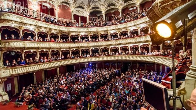 Opera din Cluj, zugrăvită cu bani de la oamenii de afaceri: Din 1970 nu s-a mai modernizat. Era ca la Gherla