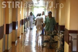 Scene halucinante într-un spital din România. Un bărbat zace pe podea, iar femeia de serviciu spală cu mopul pe lângă el VIDEO