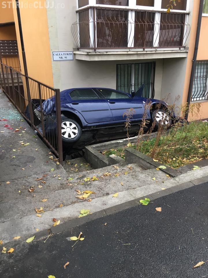 Accident pe Calea Turzii. Era să intre cu mașina într-un apartament - FOTO