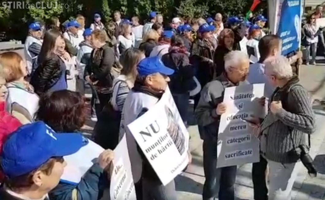 Profesorii sindicaliști au pichetat Prefectura Cluj