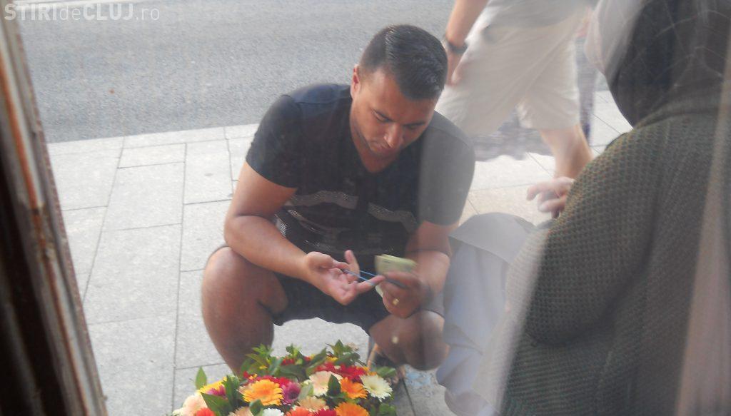 Cluj: Acest bărbat exploatează bunica ce vinde flori pe Memorandumului - FOTO