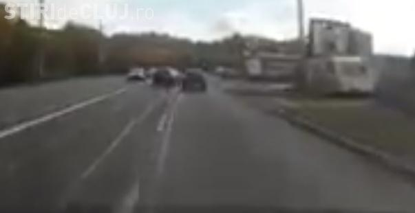 Accident surprins LIVE pe strada Frunzișului! Un șofer neatent a încercat să intre în curte de pe banda 2 - VIDEO