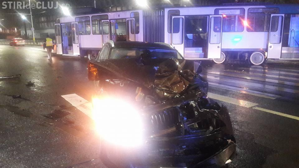Accident lângă Polivalentă! Un BMW a lovit un tramvai, care a deraiat - FOTO