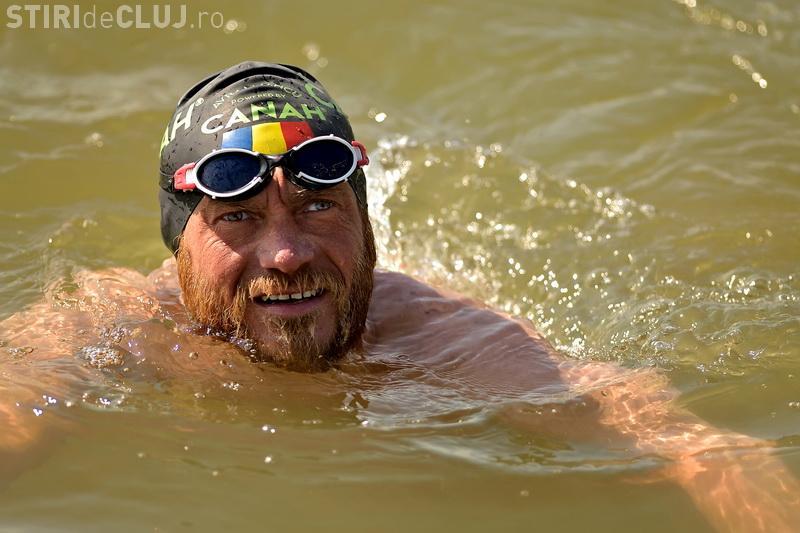 GAFĂ: L-au desemnat cetăţean de onoare pe bibliotecarul care a străbătut Dunărea înot, dar nu l-au chemat la festivități