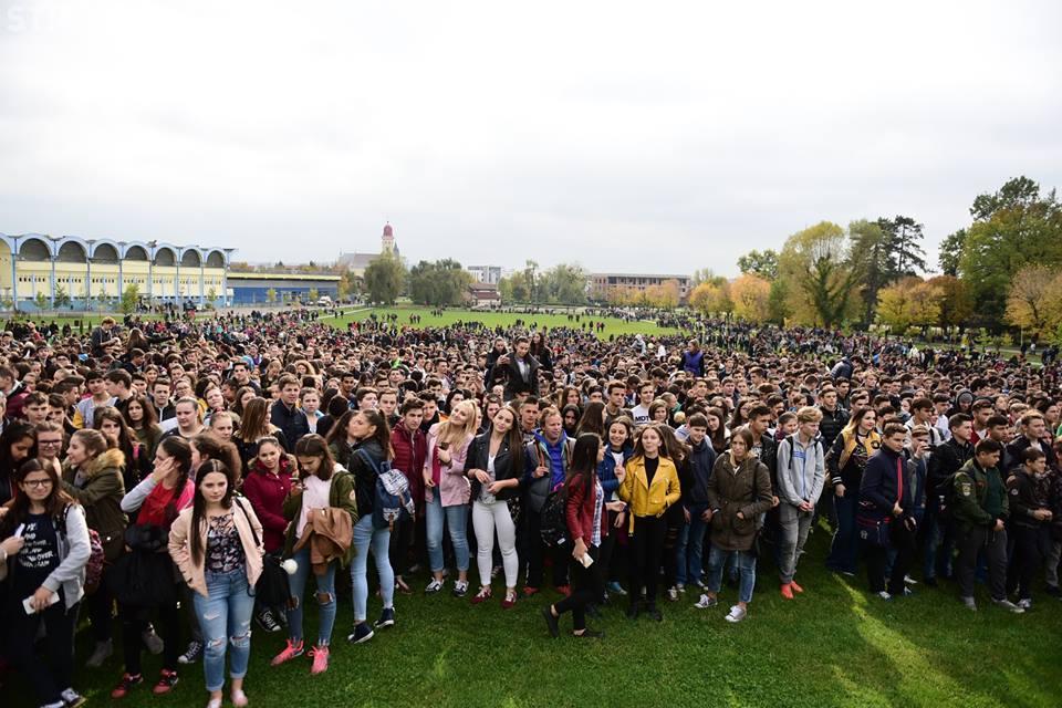 Eveniment demn de Cartea Recordurilor: Peste 10.000 de elevi băimăreni, prinşi în horă FOTO