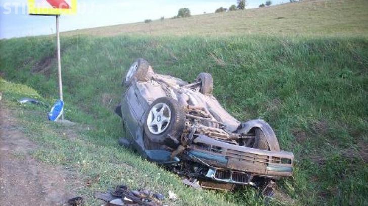 """CLUJ: Un șofer rupt de beat la volan s-a """"aventurat"""" cu mașina pe șoseaua udă și s-a răsturnat cu mașina"""