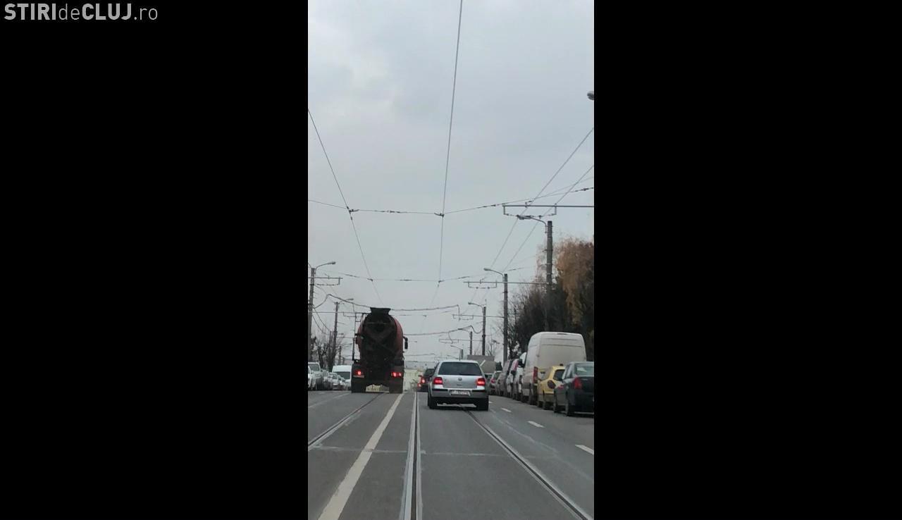 Șoferul betonierei filmat pe contrasens în Mănăștur, AMENDAT și cu permisul luat - FOTO
