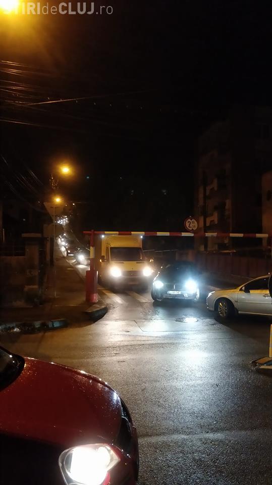 Cluj-Napoca: A rămas blocat sub barieră pe C.A. Rosetti - FOTO