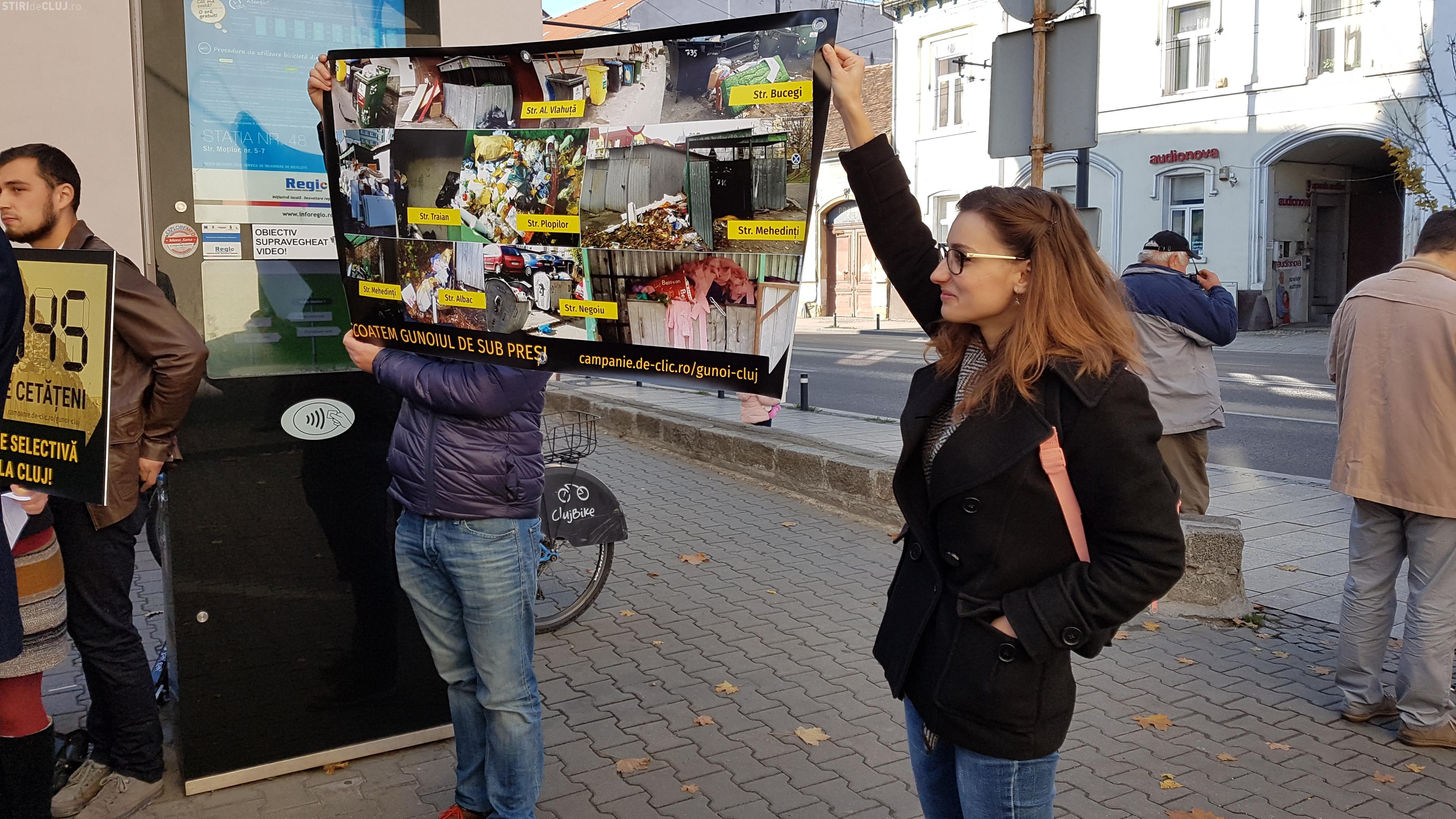 """Protest la Primăria Cluj pentru colectare selectivă (VIDEO): """"Vrem colectare selectivă reală la Cluj! Scoatem gunoiul de sub preș!"""""""