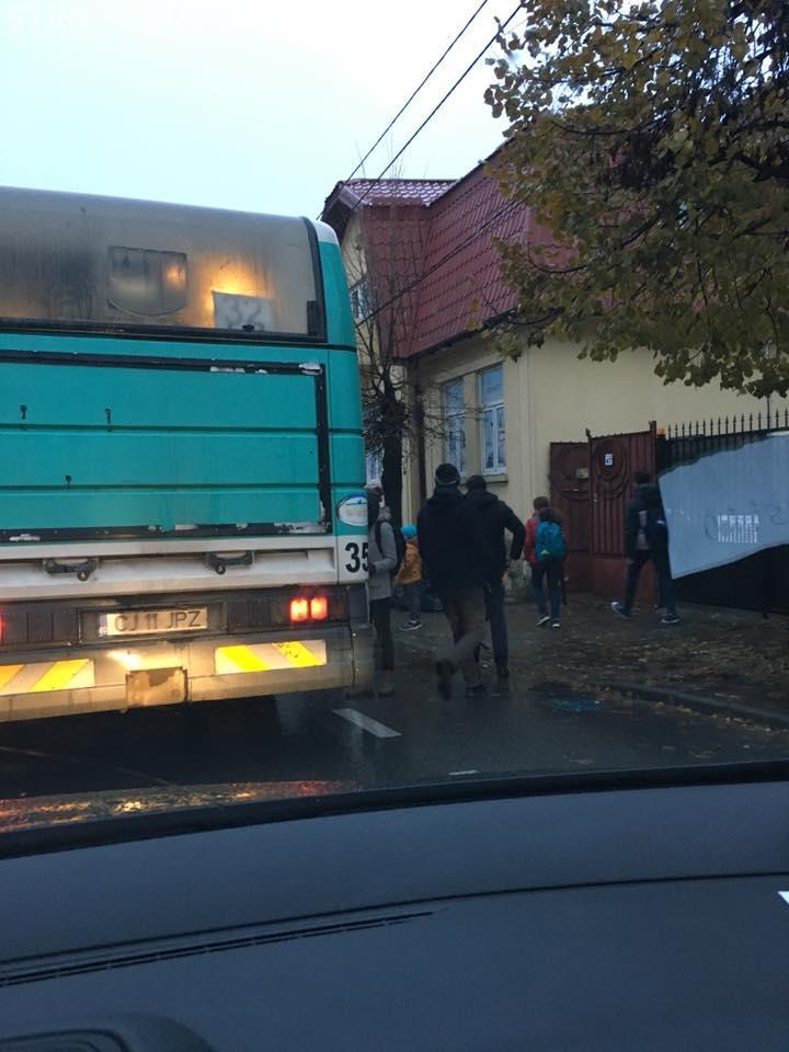 Haos rutier pe Brâncuși! Călătorii din autobuze au cerut să coboare - FOTO