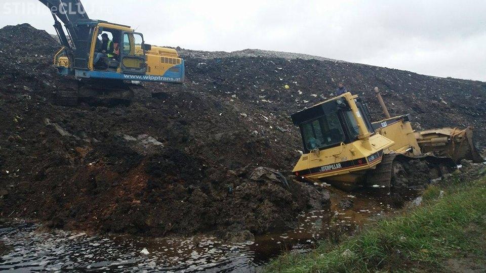 """La Pata Rât un buldozer a """"eșuat"""" în marea de levigat - VIDEO"""