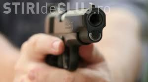 Scene halucinante în România. Un polițist a fost nevoit să scoată pistolul pentru a se apăra de trecători VIDEO