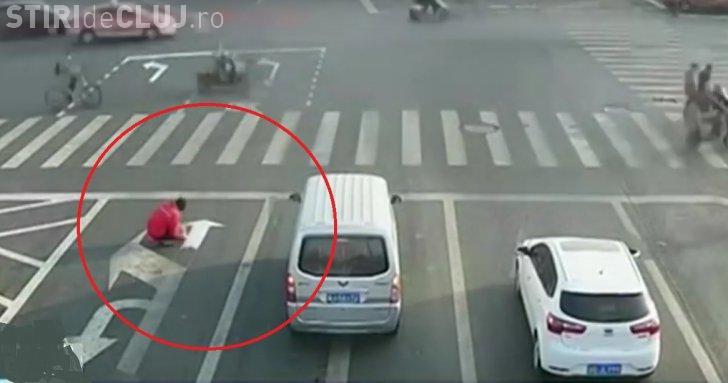 Un șofer și-a vopsit propriile semne de circulație în trafic - VIDEO