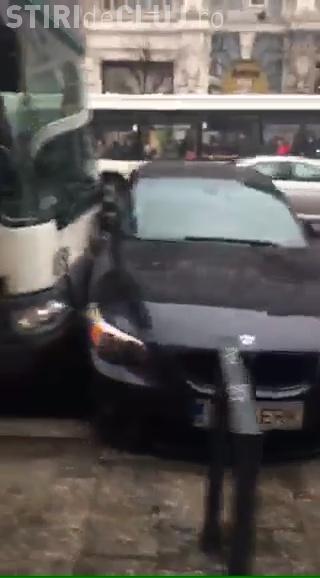 Accident pe Memorandumului! BMW lovit în plin. A virat în fața autobuzului - VIDEO